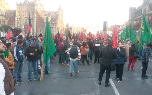 Campesinos y maestros protestan en el Zócalo - Foto de Milenio
