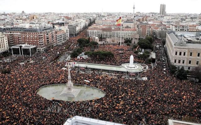 Miles de españoles se manifiestan contra Pedro Sánchez por 'traidor' - Manifestación en Madrid contra Pedro Sánchez. Foto de @Albert_Rivera
