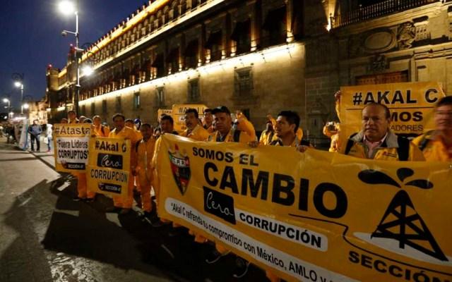 Integrantes de diversos movimientos protestan en Palacio Nacional - Foto de Milenio