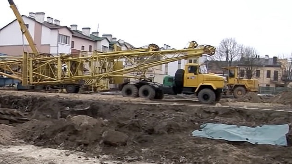 Maquinaria parada por hallazgo de restos humanos. Foto de East2West News