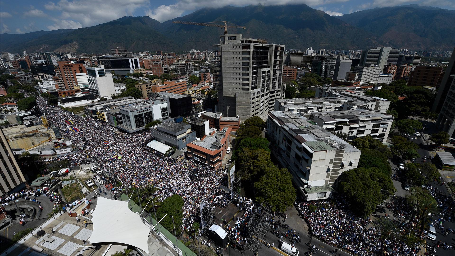 Miles de opositores de Nicolás Maduro marchan en Caracas este sábado