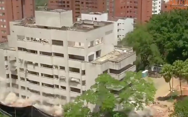 #Video Derriban antiguo fortín de Pablo Escobar en Medellín - Captura de pantalla