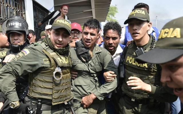 Colombia continuará apoyando a desertores de las fuerzas armadas venezolanas - Policías colombianos escoltan a militares desertores de Venezuela. Foto de AFP / Luis Robayo