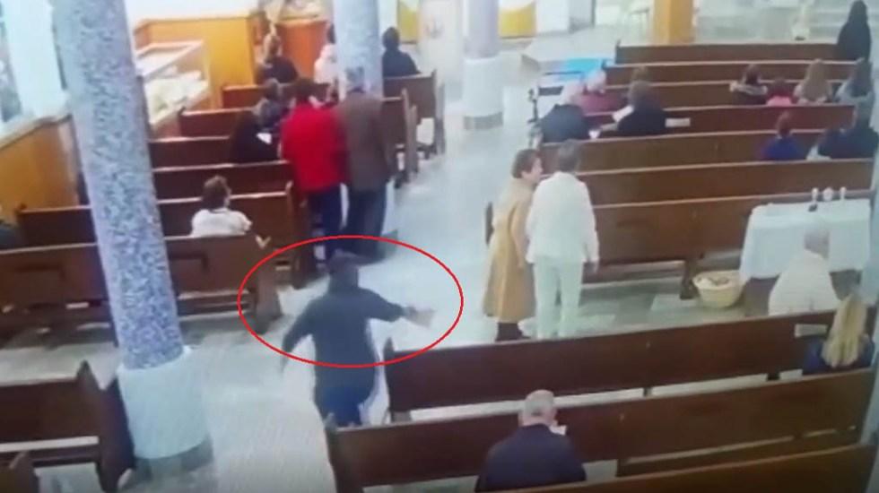 #Video Mujer roba bolso a feligresa durante misa en Mexicali - Mujer robando bolso en parroquia de Mexicali. Captura de pantalla