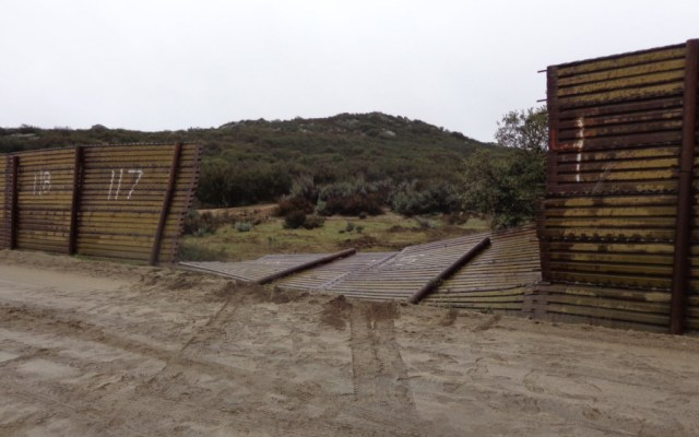 Traficante de personas tira parte del muro y choca con Patrulla Fronteriza - Foto de @CBPSanDiego