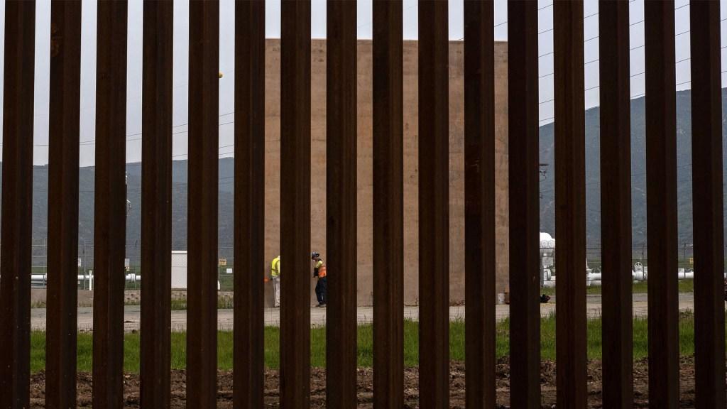 Juez impide que Trump use fondos militares para construir muro - Obreros trabajan en un prototipo de muro en la frontera entre EE. UU. Y México. Foto de Guillermo Arias/AFP