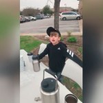 Niño recauda 5 mil dólares para muro tras vender chocolate caliente