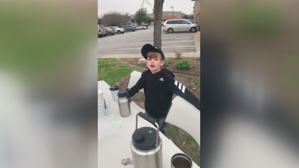 Niño vendiendo chocolate caliente para el muro de Donald Trump. Captura de pantalla