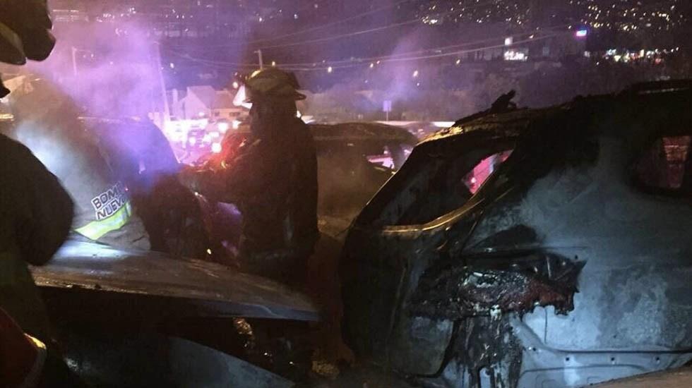 Incendio consume vehículos de agencia en San Pedro, Nuevo León - Foto de Protección Civil Nuevo León