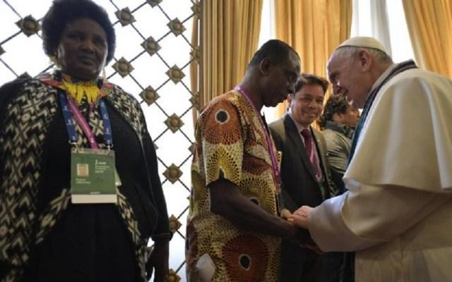Papa Francisco se reúne con delegados de pueblos indígenas - Papa Francisco con delegados de pueblos indígenas. Foto de Vatican Media