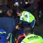 Conductor atropella a mujer policía al huir de alcoholímetro - Paramédicos subiendo a ambulancia a policía atropellada. Captura de pantalla