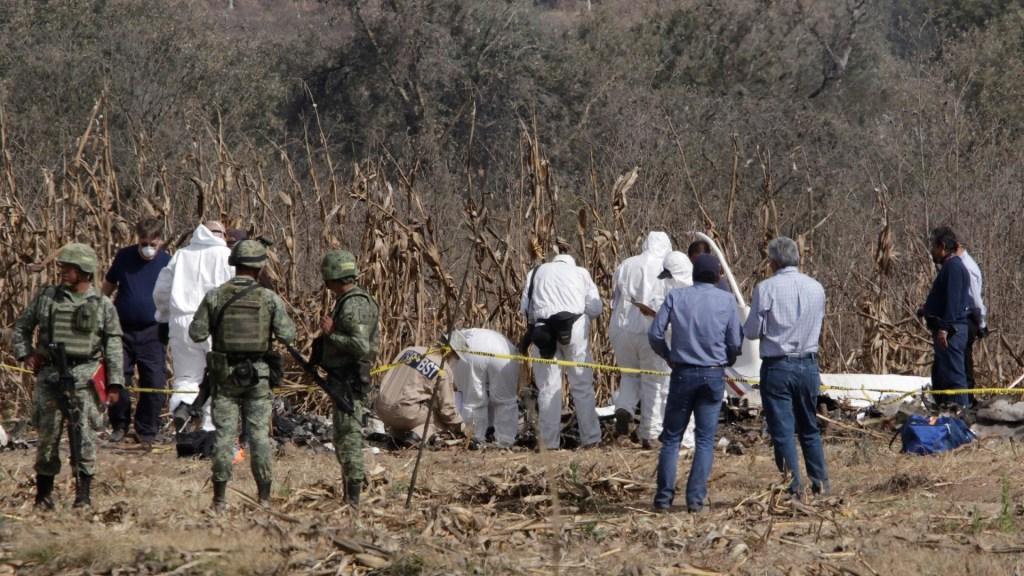 Peritos en zona donde cayó el helicóptero en el que viajaban Martha Erika Alonso, Rafael Moreno Valle y tres hombres más. Foto de Notimex