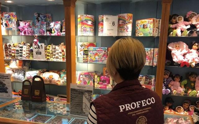 Profeco arranca operativo por vacaciones de Semana Santa - Personal de Profeco inspeccionando tiendas de regalos. Foto de @Profeco