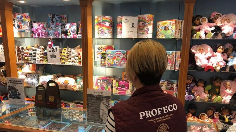 Profeco arranca operativo por vacaciones de verano - Personal de Profeco inspeccionando tiendas de regalos. Foto de @Profeco
