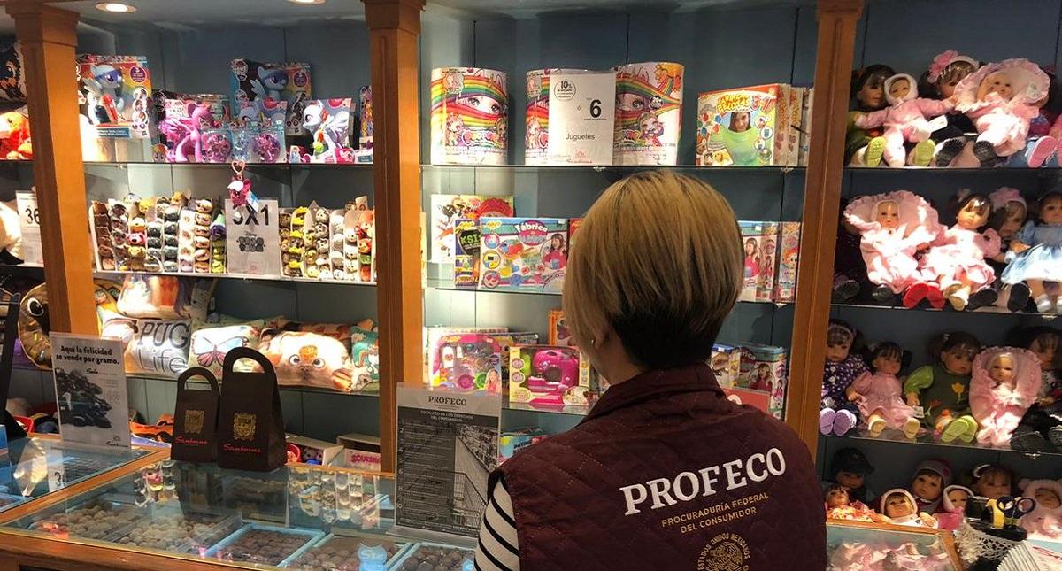 Personal de Profeco inspeccionando tiendas de regalos. Foto de @Profeco