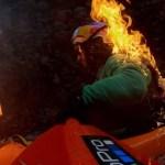 #Video Kayakista se prende fuego para lanzarse de cataratas - Kayakista Rafa Ortiz en llamas. Captura de pantalla