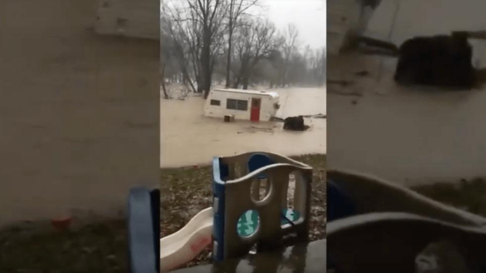 #Video Lluvia arrastra remolque en Indiana