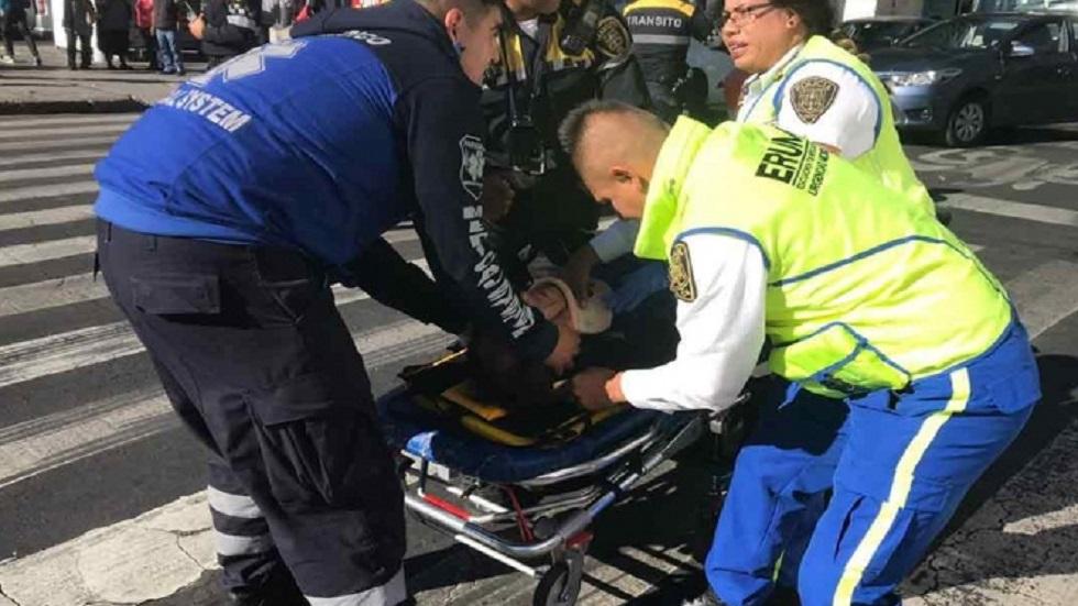Ambulancia embiste a reporteros que cubrían accidente en Eje Central - Reportero herido. Foto de Excélsior