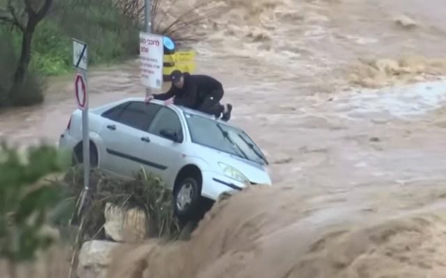 #Video Rescatan a hombre atrapado en su auto durante inundación - Foto de Sky News