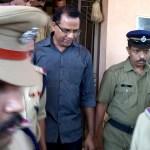 Dan 20 años de cárcel a sacerdote que violó a adolescente en India - El sacerdote Robin Vadakkumchery siendo escoltado por policías en febrero de 2017. Foto de STR/AFP