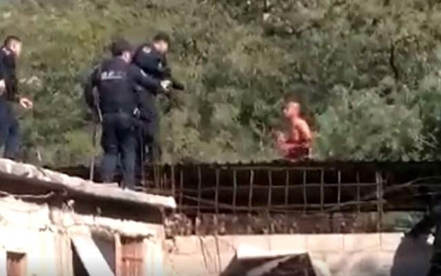 Policías intentan rescatar a presunto suicida, este los ataca y lo matan - Captura de Pantalla