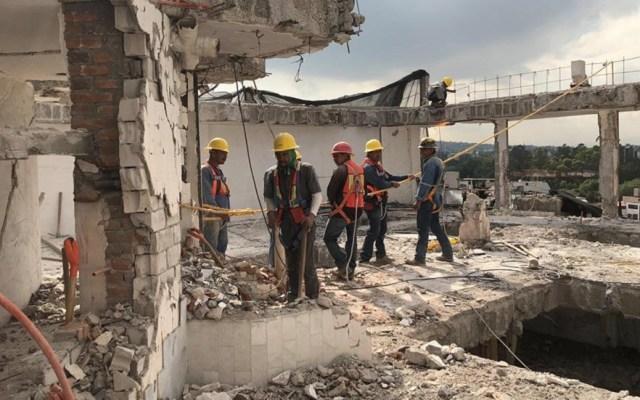 AMLO prevé que reconstrucción concluya a finales de 2020 - Trabajadores en obras colapsadas por el sismo. Foto de @ReconstruccionCDMX