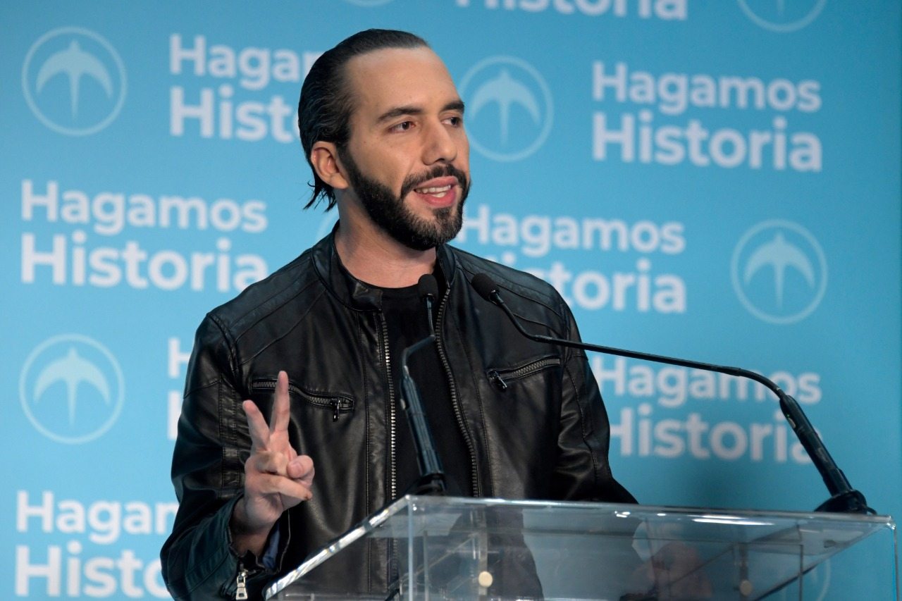 Presidente electo de El Salvador denuncia contrataciones por el gobierno