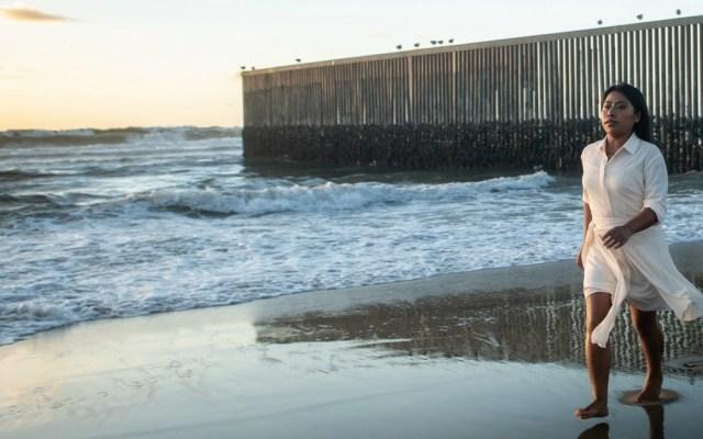 Yalitza Aparicio fotografiada frente al muro fronterizo para W Magazine - Foto de W Magazine
