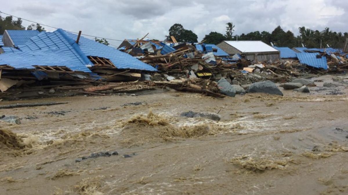 Suben a 89 los muertos por inundaciones, deslaves — Indonesia
