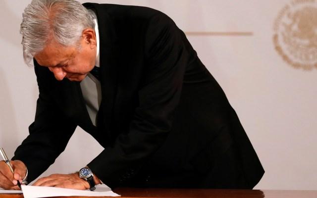 López Obrador firma compromiso de no reelección - López Obrador firma compromiso de no reelección