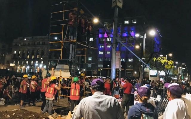 Manifestantes del #8M construyen antimonumento en el Centro - Foto de Tania Villanueva/López-Dóriga Digital