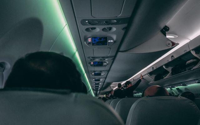 Ponerse audífonos en un avión y otras reglas de etiqueta para usuarios de celular