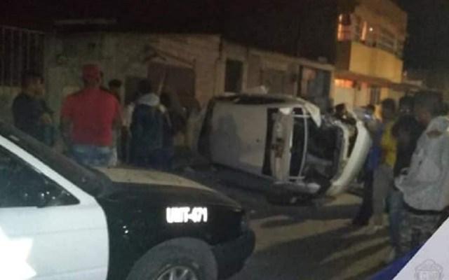 Policía rescata a dos hombres de linchamiento en Tecámac - Auto de los delincuentes tras volcar en Tecámac. Foto de Comisaría General de Seguridad y Tránsito Municipal de Tecámac