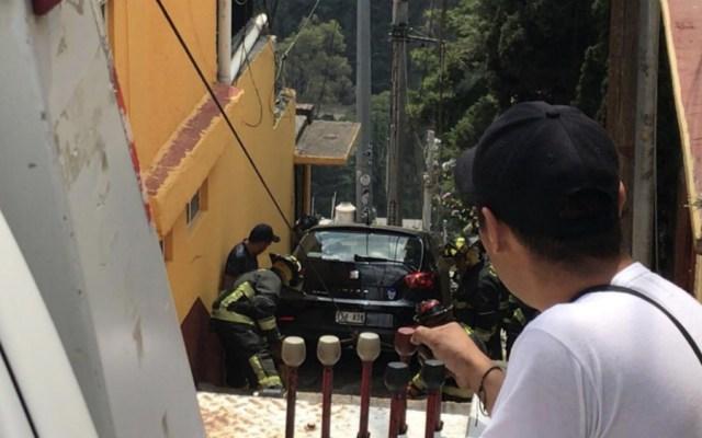 Auto cae dos veces 20 metros en alcaldía Álvaro Obregón - Foto de @Foro_TV