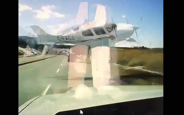 #Video Avioneta pierde altura y atraviesa carretera antes de estrellarse - Avioneta cruzando avenida de Canadá. Captura de pantalla
