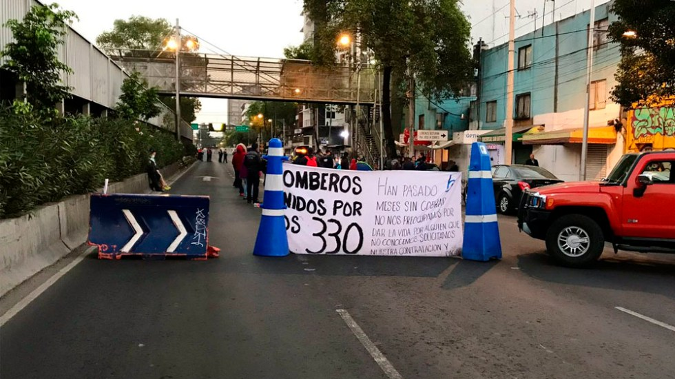 Bomberos mantienen bloqueo en Tlalpan - Foto de @israellorenzana