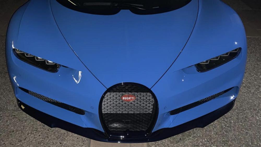 Canelo' Álvarez presume su nuevo auto de lujo