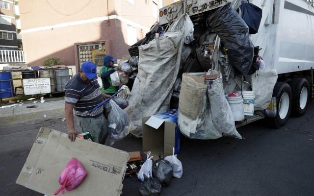 Semarnat pide regular basureros por consecuencias a la salud - Camión recolectando basura en la Ciudad de México. Foto de Notimex