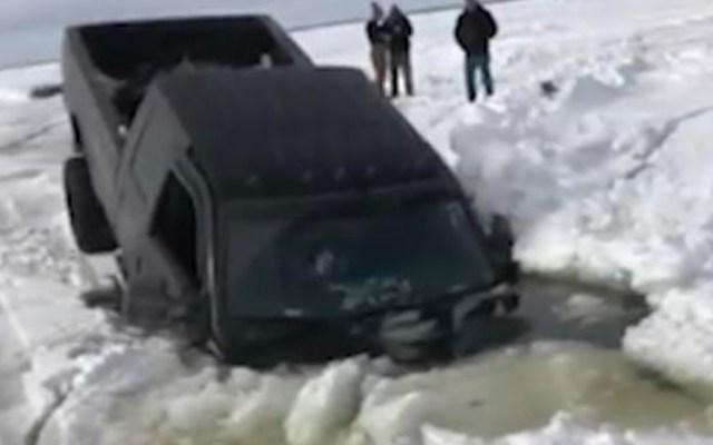 #Video Camioneta se hunde en el lago congelado Winnebago en Wisconsin - Captura de pantalla