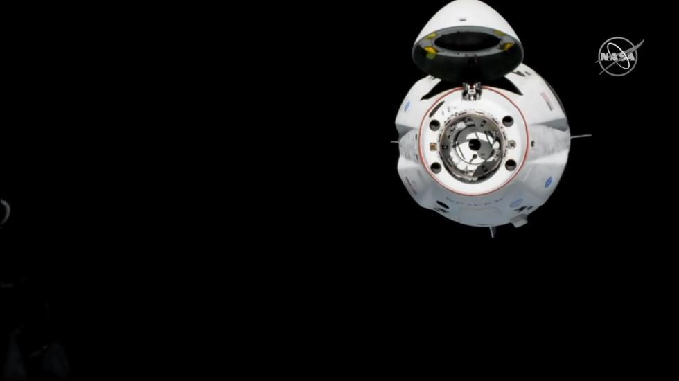 Cápsula de SpaceX se acopla con éxito a la EEI - Cápsula Crew Dragon de SpaceX. Foto de @Commercial_Crew