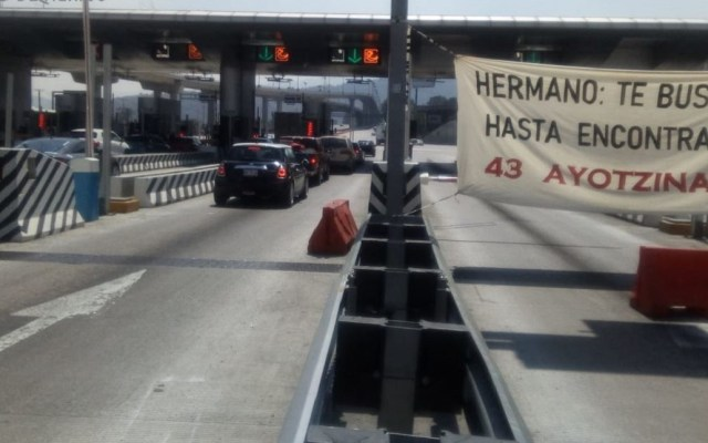 Padres de los 43 toman caseta de la México-Cuernavaca - Caseta de Tlalpan de la México-Cuernavaca. Foto de @OVIALCDMX