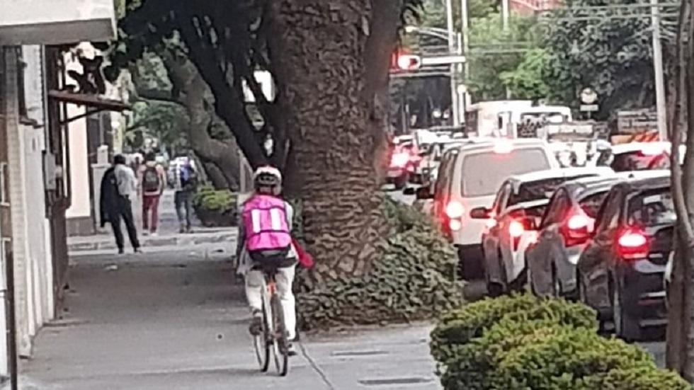 Aclarará Semovi que banqueta no es para ciclistas - Ciclista por la banqueta en la colonia Del Valle. Foto de @Chivita_Siab