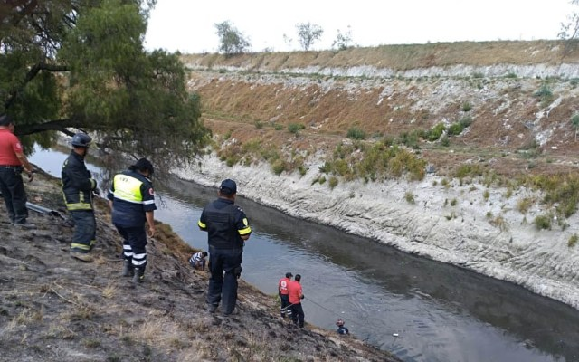 Vehículo cae a canal de aguas negras en Circuito Exterior Mexiquense - Foto de @ciemergencias
