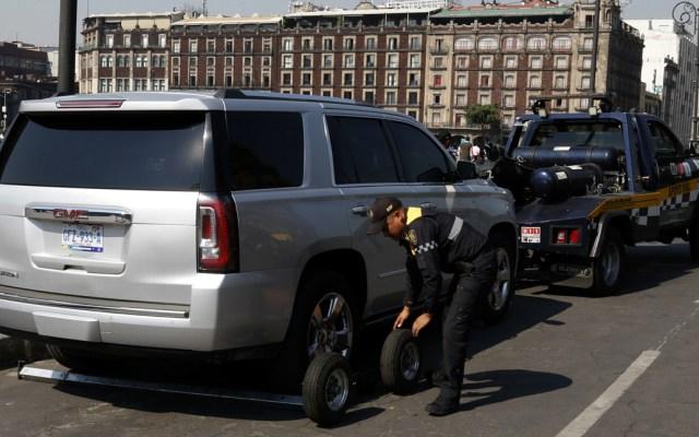 Grúa retira vehículos estacionados alrededor de la plancha del Zócalo - Foto de Notimex