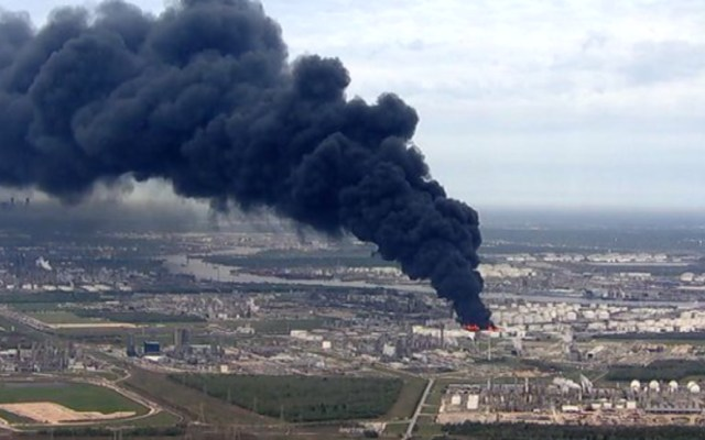Tomará hasta dos días controlar el incendio en planta química en Texas - incendio planta química texas