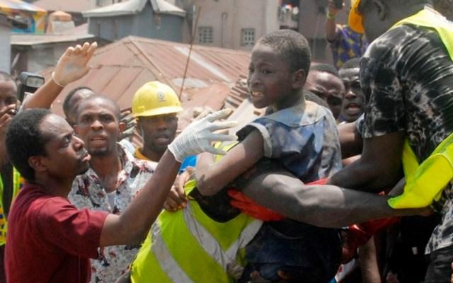 Derrumbe en escuela deja al menos 100 niños atrapados en Nigeria - Foto de AFP