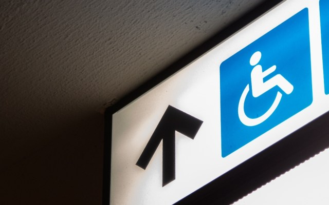 Leyes que afecten a personas con discapacidad deben consultarse: SCJN - Imagen ilustrativa de un letrero para discapacitados. Foto de Charles PH para Unsplash