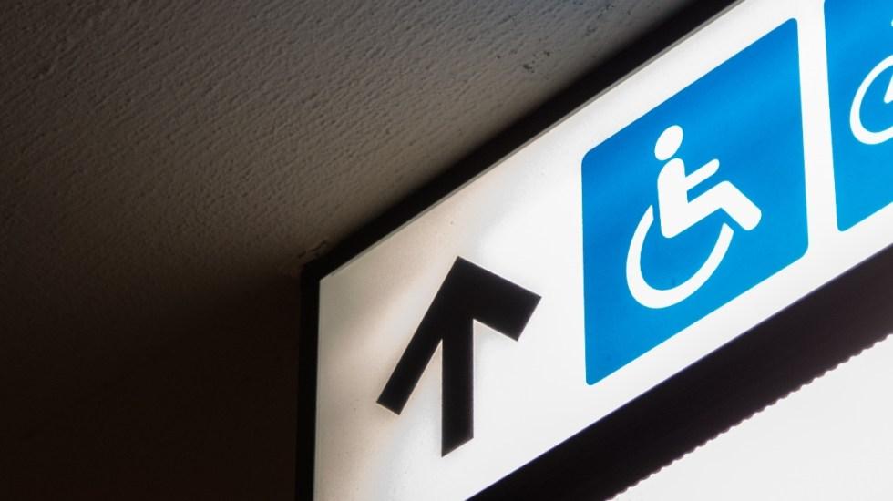 Denuncian opacidad en recursos destinados a personas con discapacidad - Imagen ilustrativa de un letrero para discapacitados. Foto de Charles PH para Unsplash