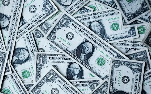 Dólar cierra en 19.29 pesos tras revisión de S&P - Dólares estadounidenses. Foto de Sharon McCutcheon para Unsplash
