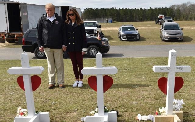Resurge teoría de conspiración sobre Melania Trump - El presidente de los Estados Unidos, Donald Trump, y la primera dama, Melania Trump, parados ante una fila de cruces en honor a 23 personas que murieron en los tornados que azotaron Alabama. Foto deNicholas Kamm / AFP